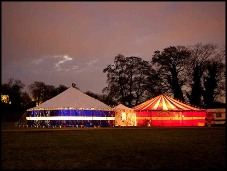 oranje witte tent by night